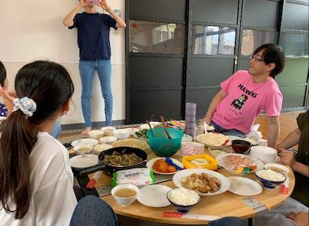 入居者さんたちとの「持ち寄り」ランチ会。郷土料理が食べられる