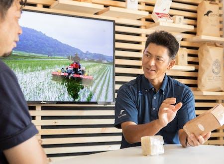 自社特設プレゼンルームで、お米作りへの情熱を語る青山さん