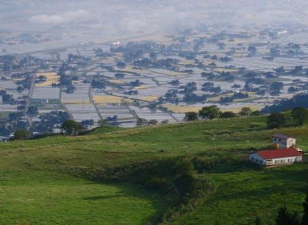 散居村の絶景を見下ろす高原の牧場。ここも譲渡対象!