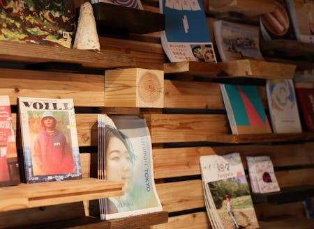 ユキヒロさんDIYの棚には、全国各地のリトルプレスが約50種