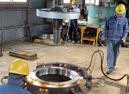 他社が真似できない 匠の技術、平賀車両基地の車輪のハメ換え。