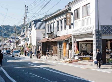 江戸時代から昭和初期の和風・洋風の建物が美しく調和して立ち並んでいます。