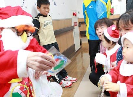 老人ホーム内でのクリスマス会。子どもや高齢者へも良い影響を与えています