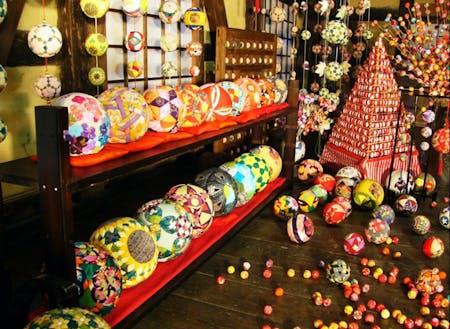 色鮮やかな繭玉が飾られる「肥前えむかえ繭玉まつり」