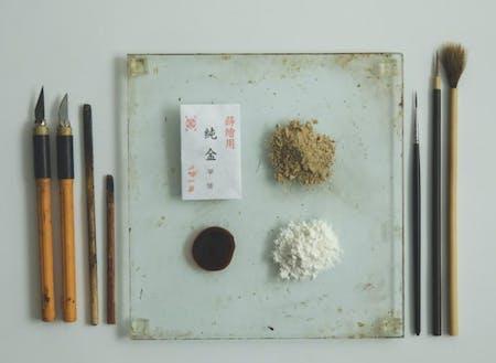仕上げに純金粉、純銀粉などを使用します