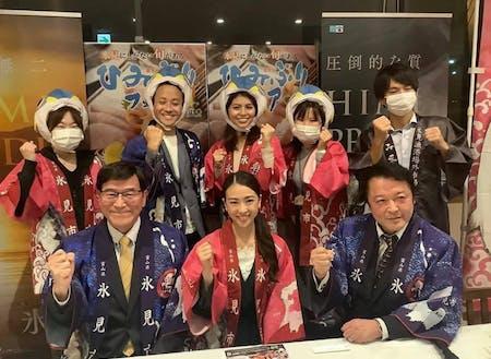 (前列左から)氷見市長、市きときと魚大使の山口佳南さんなど氷見のメンバーが全国の会員と交流を深めました