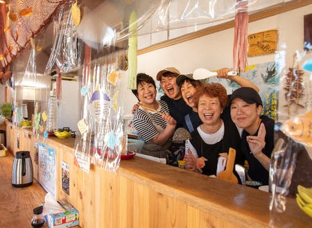 魚市場前で漁師さんのための銭湯と食堂「鶴亀の湯・鶴亀食堂」を運営しています。