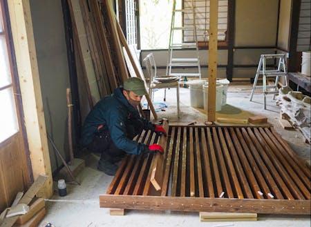 お店の壁や木枠など、萩の素材にこだわって作っています