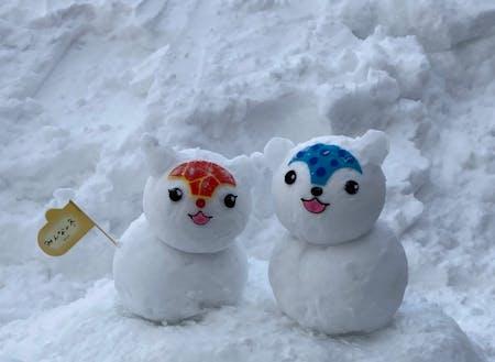 あさっぴー&ゆっきりん(ゆるきゃら)も雪だるまで応援