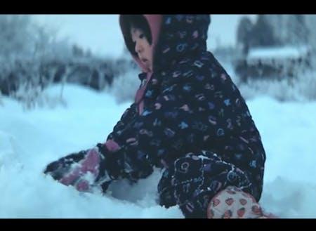 雪国ならではの外遊び。子どもはみんな雪に夢中です。