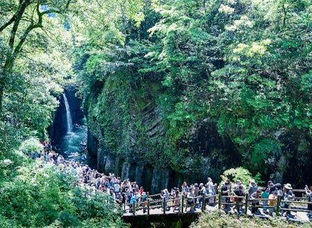 毎年100万人以上の観光客が訪れる高千穂峡