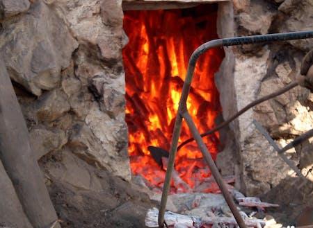 炭焼きの様子。自伐型の強み、幅広い木材の利用が可能。
