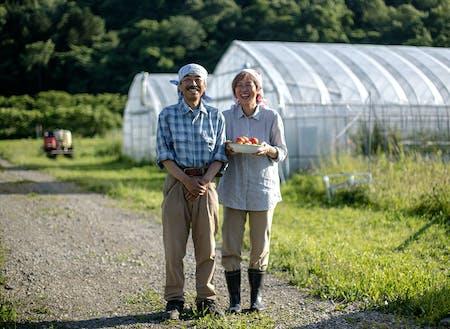 「アテネファーム」を営む中田夫妻。独自のブランドを作り上げ、ファンも多い。[ずっと夢見てきた田舎暮らし。健やかでおいしいトマトを一生つくり続けたい~ http://shimokawa-life.info/interview/interview-vol07/ ]