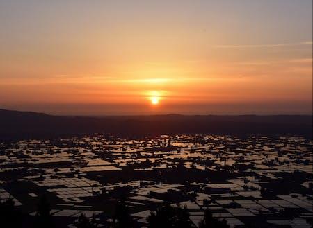 夕焼けの散居村。当日は南砺市で農業を営む方が多数参加されます。