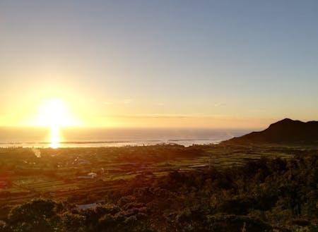 雄大な海に沈む夕陽と寝姿山