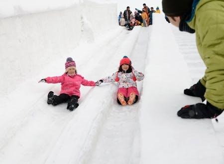 子供に人気!雪まつりでの巨大滑り台