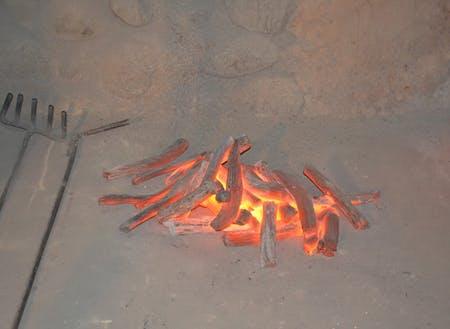 取り出した炭材を、素灰をかけて冷やしていく