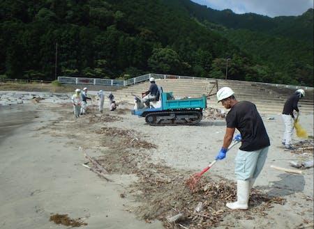 三木里ビーチの流木清掃