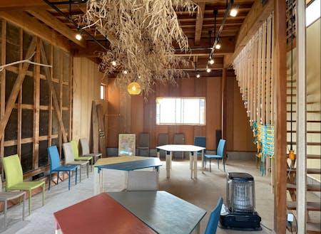中には、手作りのテーブルが並ぶクリエイティブな空間もあります。