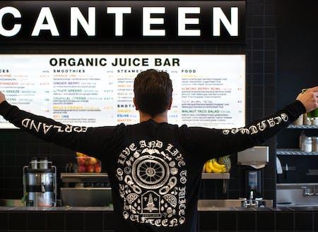 ハードな部分とソフトな部分を併せ持っていたり、 多様な趣味や経歴、価値観を持っていることも多い。大好きなフレッシュスムージーのお店CanteenのオーナーBrianは、ヴィーガンで健康食にこだわっているけれど、実はヘビメタのバンドマンで、お店で売っているTシャツもハードなデザイン。(写真撮影:Brian Heck)