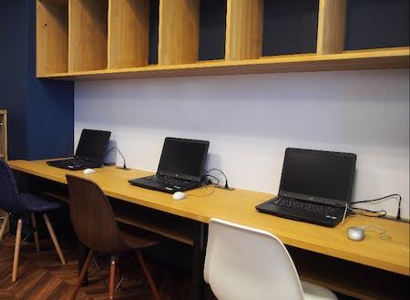 個別ブースには、各スペースに電源タップ(USB)や専用ラックを完備