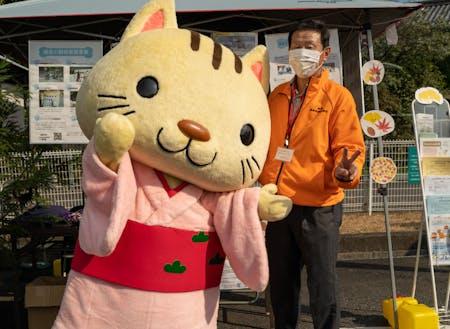 市内飲食店を応援する先払いシステムで集まった運営費の一部を動物保護へ寄付したときの写真。