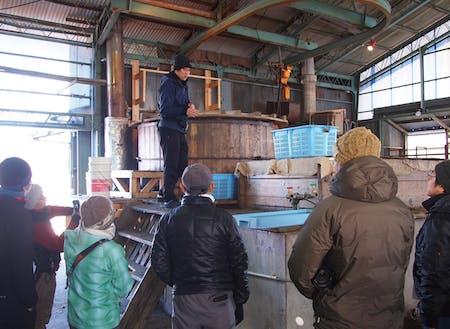 高さ3mほどの迫力ある窯場で説明の様子。現場で生産者との交流や製造の一部を体験しよう