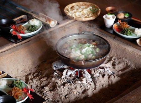 囲炉裏料理。囲炉裏を囲んで、美味しい地場料理と皆との時間を共有。