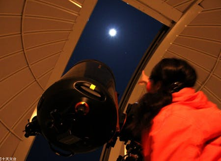 ホテルから徒歩5分の「四万十天文台」が仕事場。