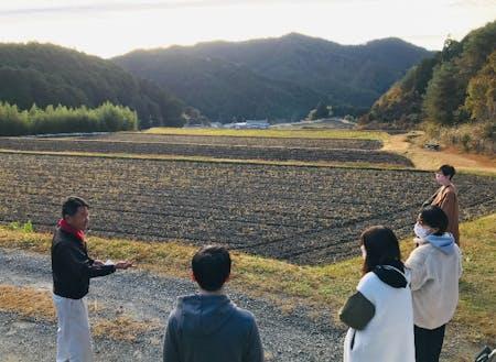 棚田所有者から、棚田の課題を聞く参加者たち(兵庫県神崎郡)