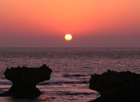 水平線に沈むサンセットタイムを堪能できるのも島に住む特権!(提供:知名町)