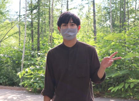 ②高橋 風宇太:道内出身の22歳。下川町には町民が気軽に入れる町有林がいくつもある。町有林前にて。